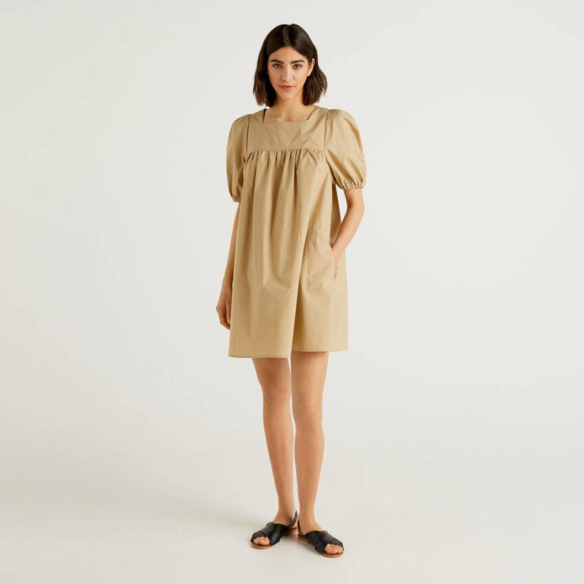 Robe courte avec manches 3/4 bouffantes