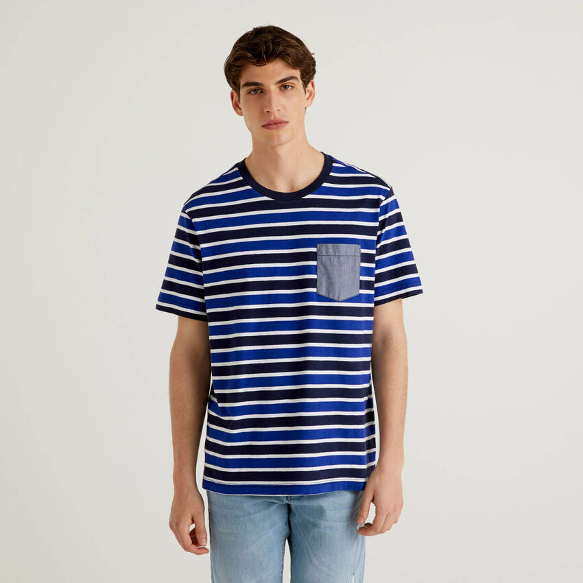 T-shirt à rayures avec pochette de couleur contrastée