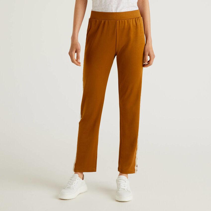 Pantalon avec bande de couleur contrastée
