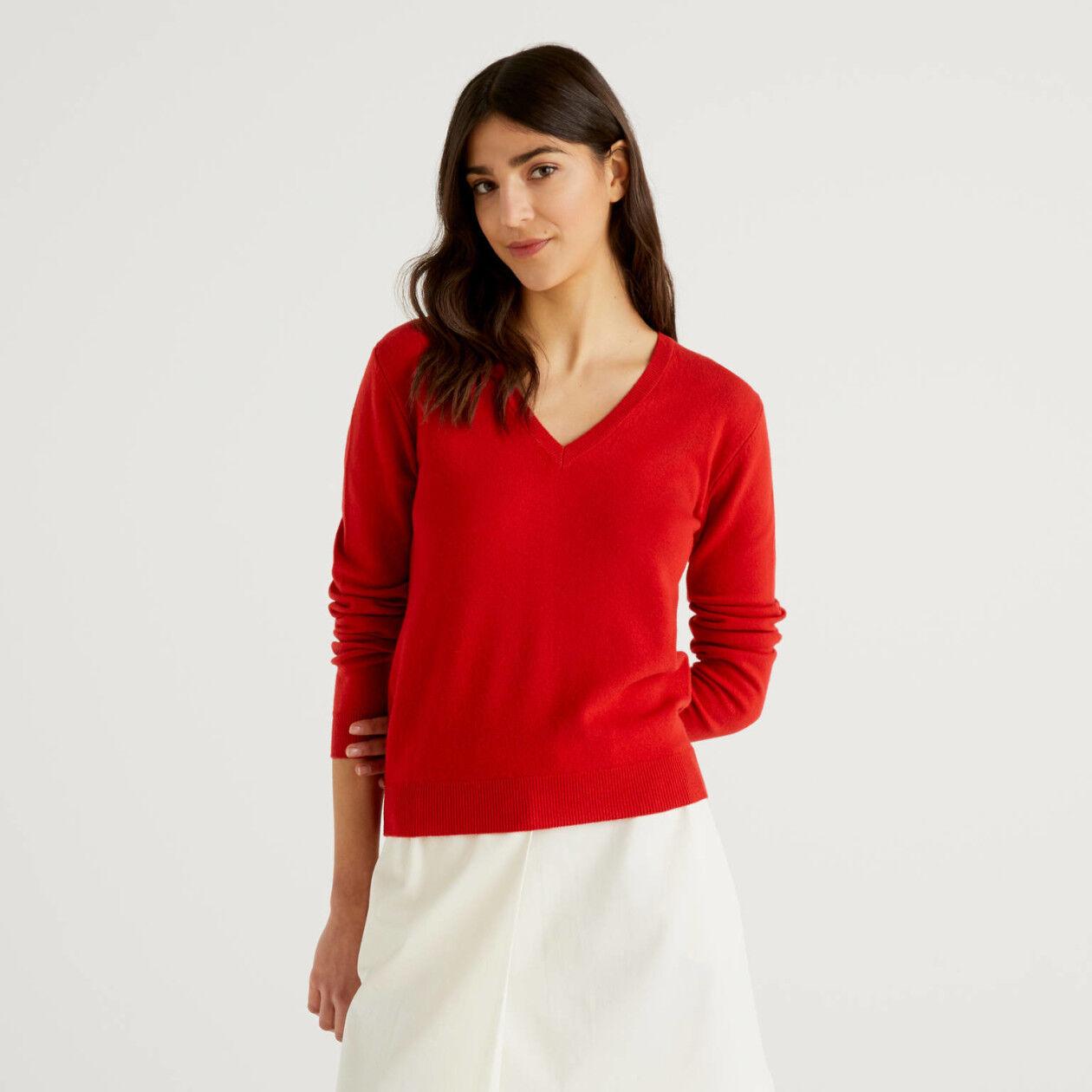 Pull rouge avec col en V en pure laine vierge