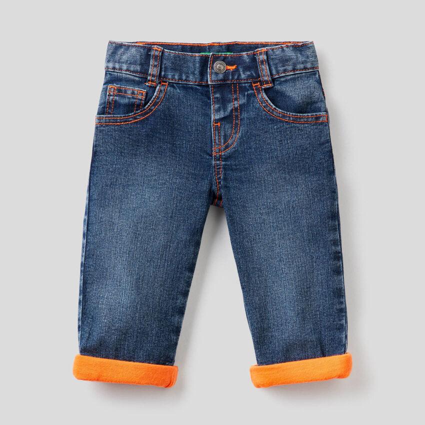 Jeans avec détails fluo