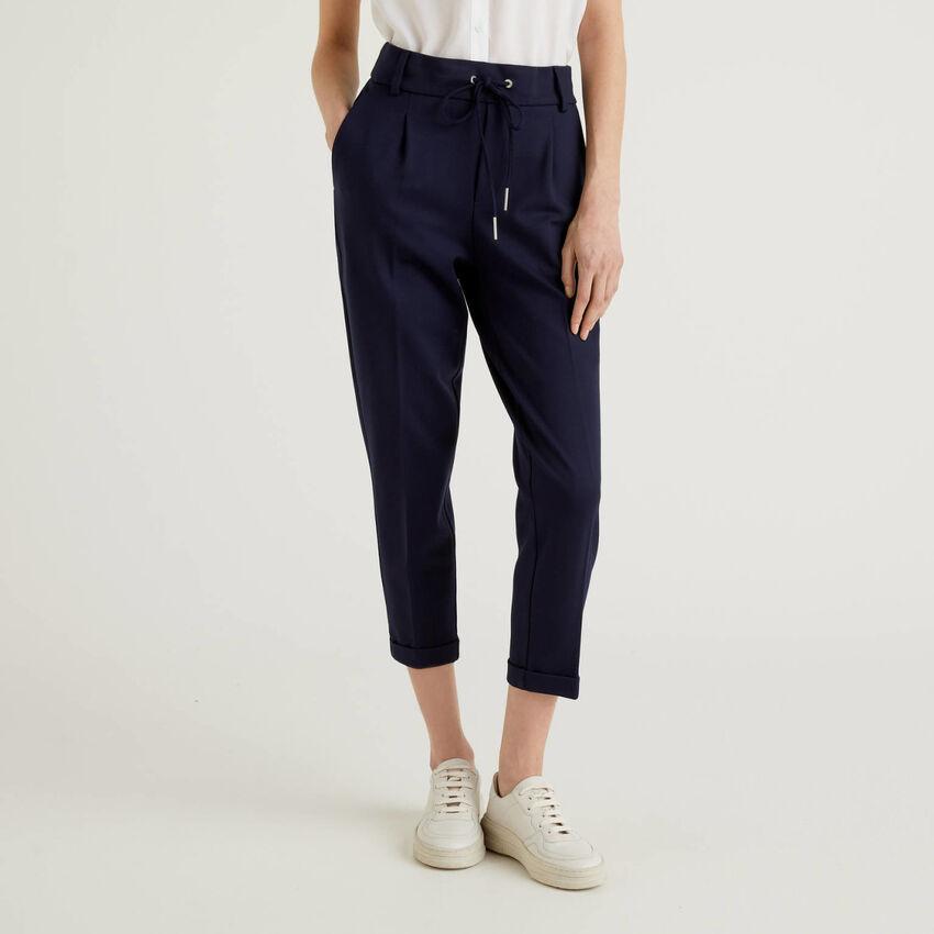 Pantalon avec cordon de serrage et revers