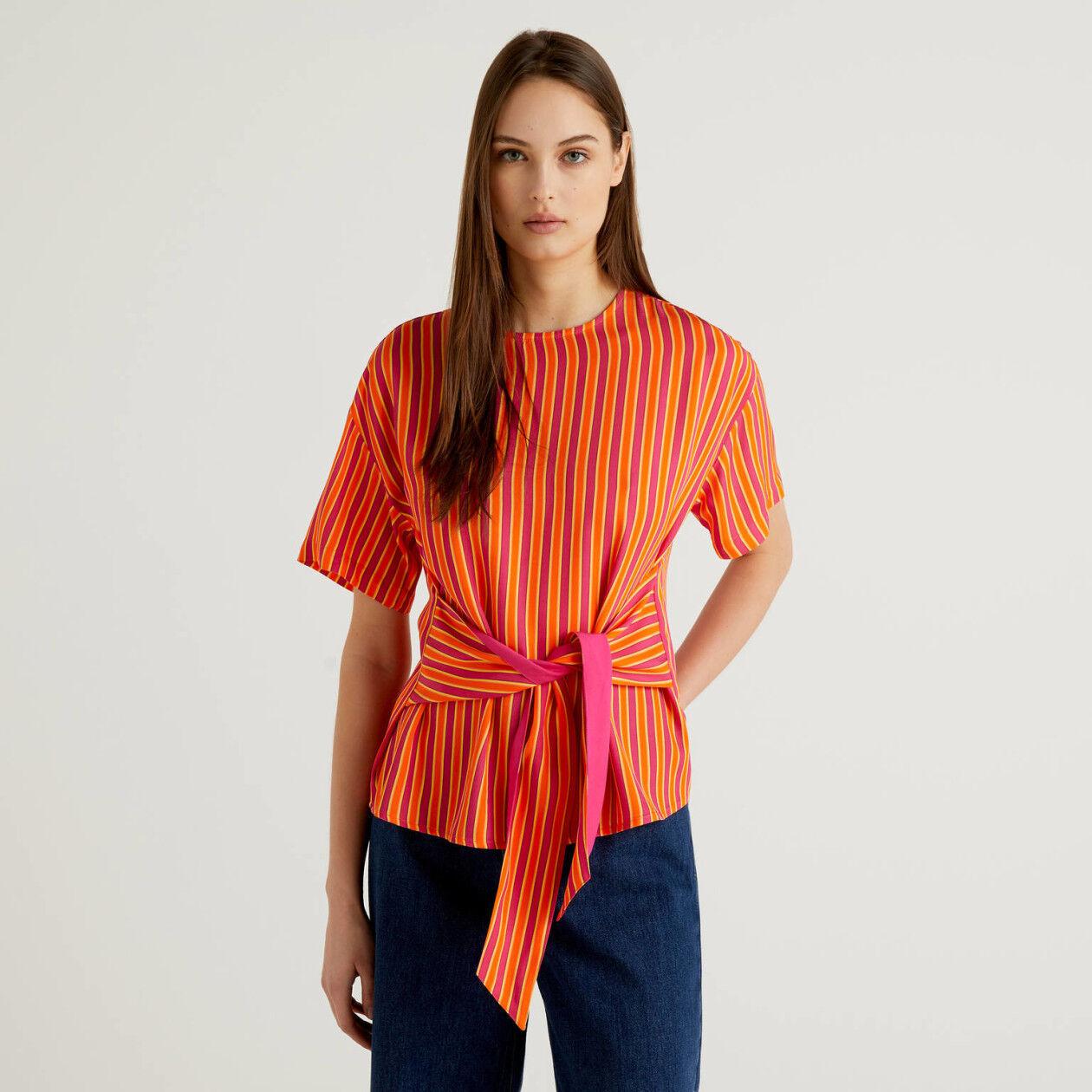 Blouse à rayures avec noeud