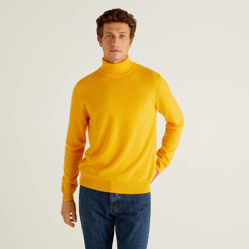 Pull col roulé jaune en pure laine vierge