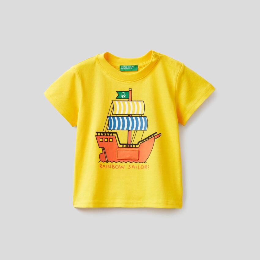 T-shirt jaune avec imprimé vaisseau