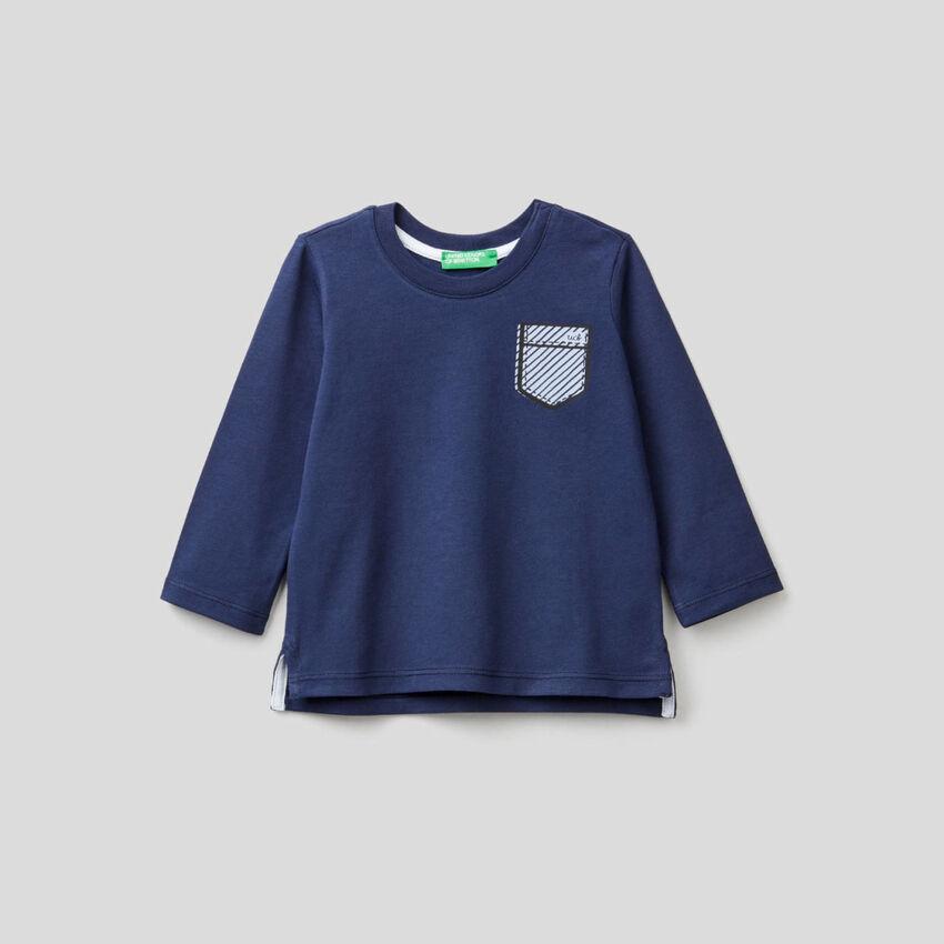 T-shirt bleu foncé avec pochette imprimée