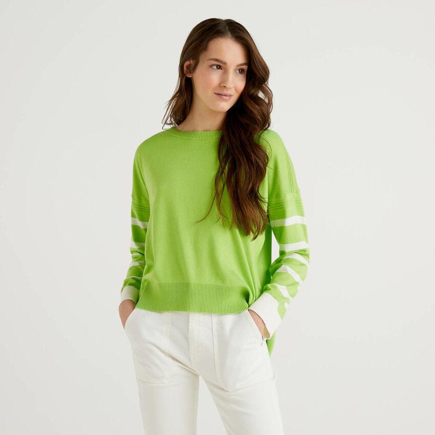 Pull vert clair avec fente à l'arrière