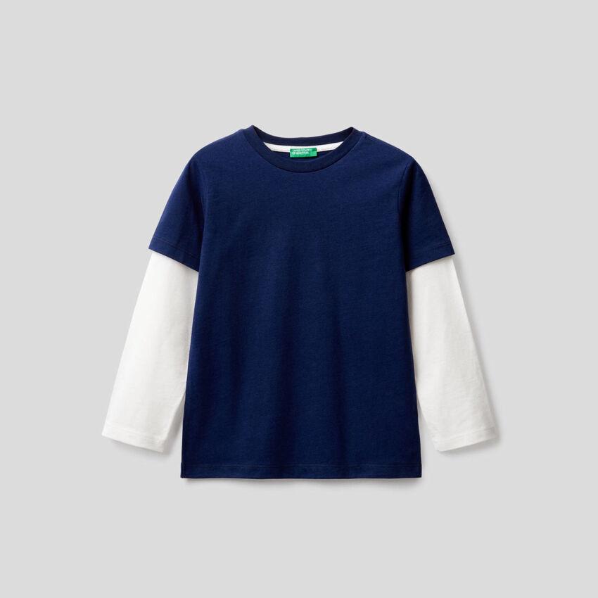 T-shirt bleu foncé avec manches bicolores