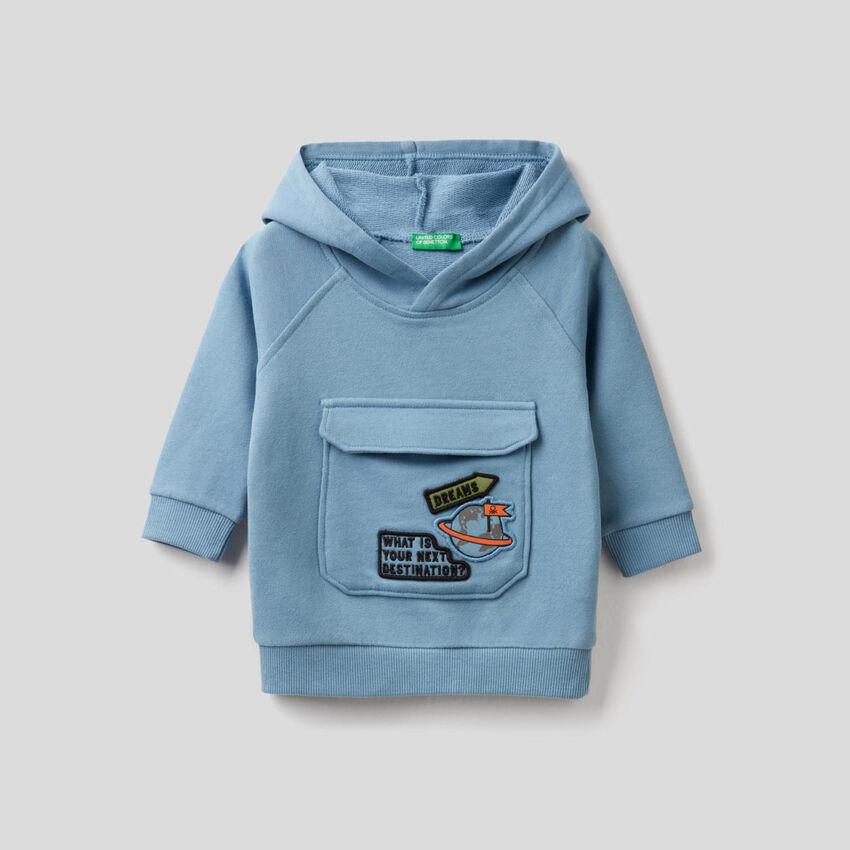 Sweat bleu ciel à capuche et maxi-poche