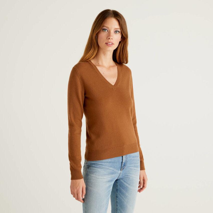Pull avec col en V marron en pure laine vierge
