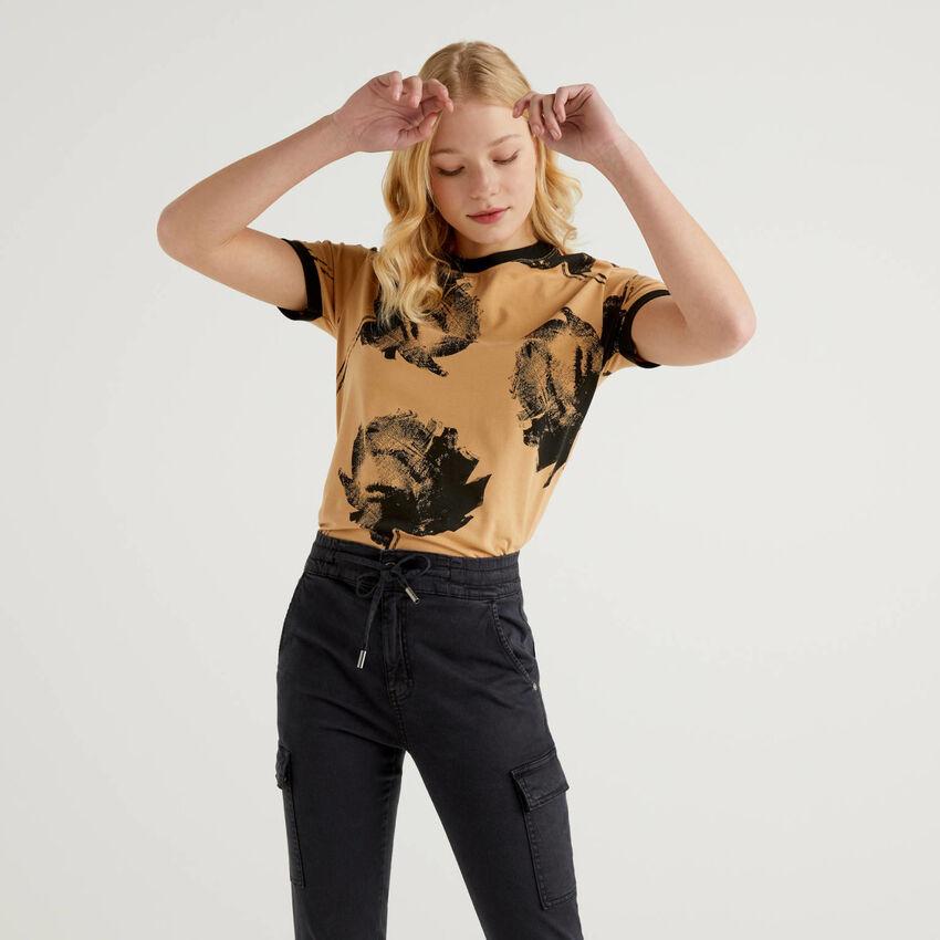 T-shirt imprimé avec coupe décontractée