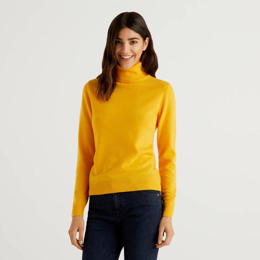 Pull col montant jaune en pure laine vierge