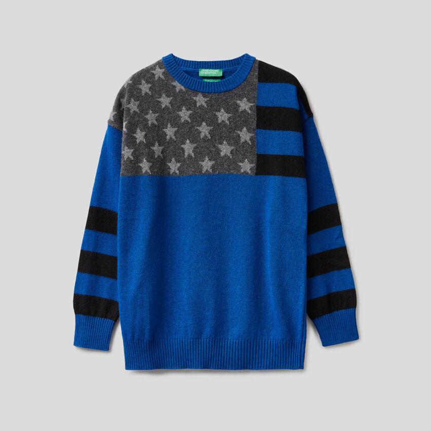 Pull bleuté avec drapeau en intarsia