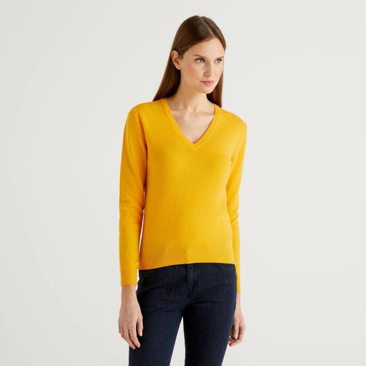 Pull jaune avec col en V en pure laine vierge