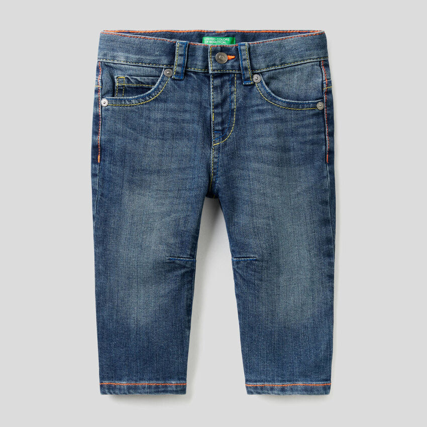 Jeans coupe carrot avec coutures fluo