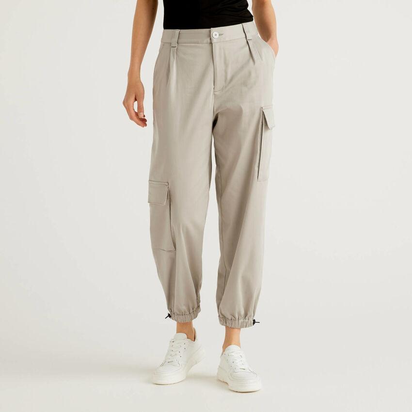 Pantalon cargo avec grandes poches asymétriques