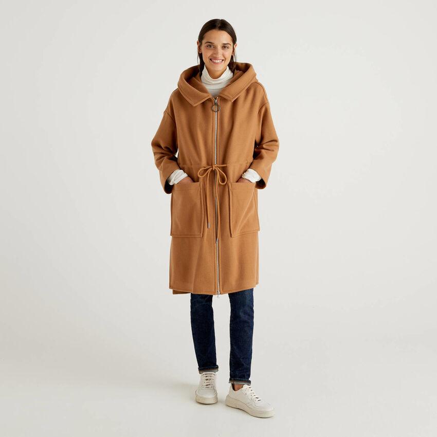 Manteau avec capuche en laine mélangée
