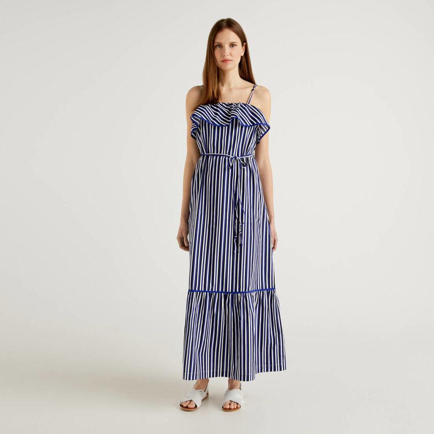 Grande robe à rayures avec volants