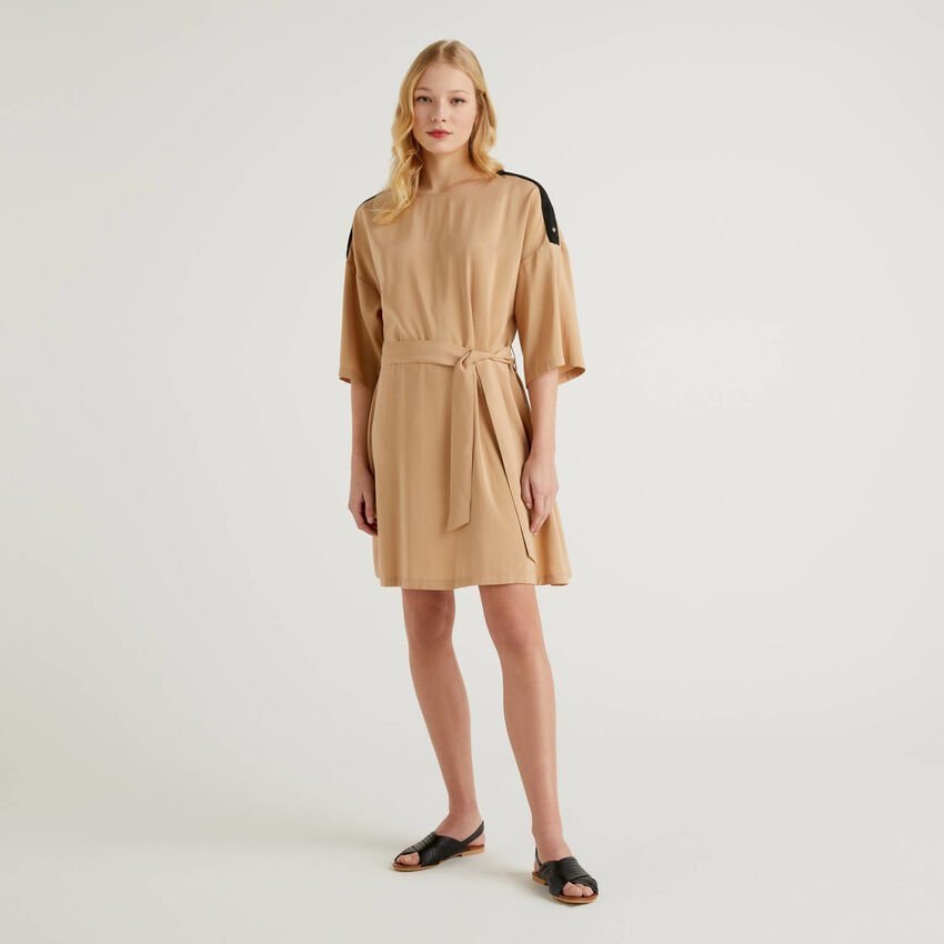 Robe courte avec ceinture